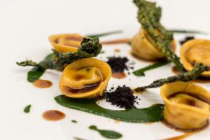 Tortello di coniglio, cavolo nero e olive, uno dei piatti del Ristorante Il Tartufo dell'albergo diffuso Borgotufi.